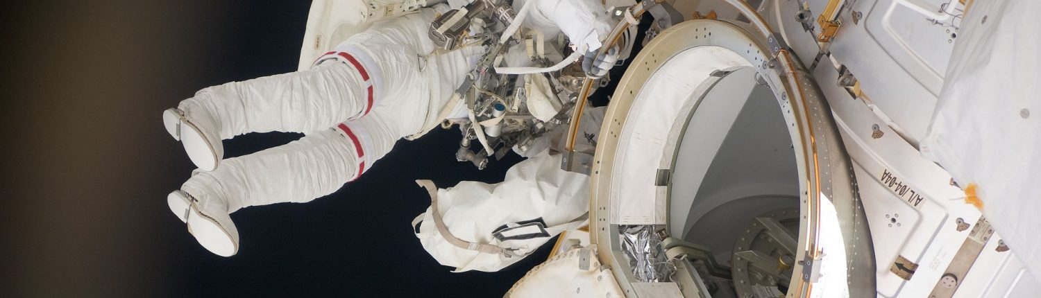 astronaut_accessing_iss